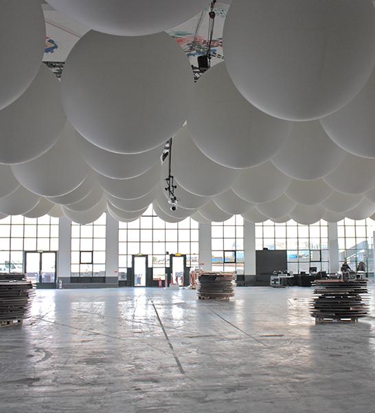 Store balloner i loftet for vild lyssætning!